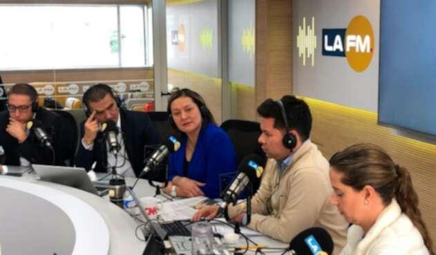 Ángela Garzón (de azul), candidata a la Alcaldía de Bogotá, en la mesa de trabajo de LA FM, en Bogotá