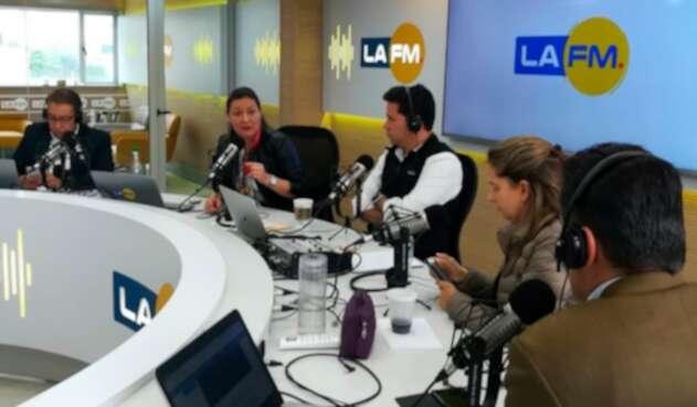 Ángela Garzón, candidata a la Alcaldía de Bogotá, en la mesa de trabajo de LA FM