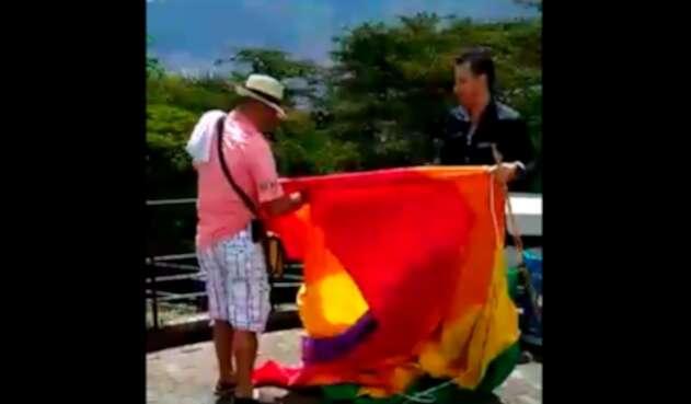 Luis Emilio Arboleda destruyendo la bandera del Orgullo Gay, en el Pueblito Paisa de Medellín