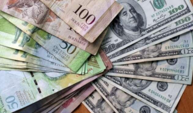 El bolívar está devaluado significativamente frente al dólar.