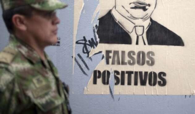 Cartel que advierte de falsos positivos en Colombia.