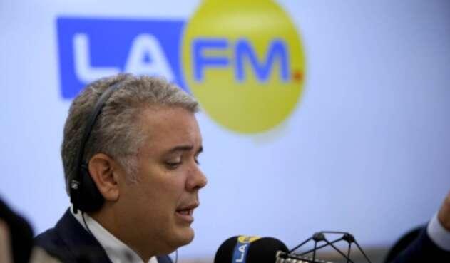 El presidente, Iván Duque, en la mesa de trabajo de LA FM