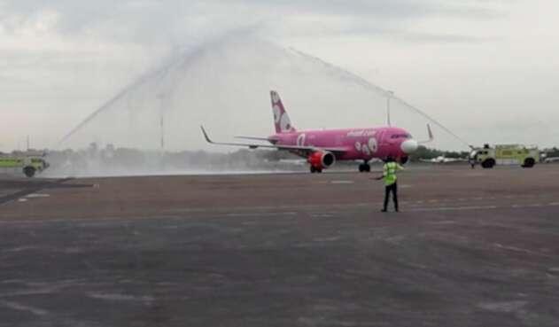 El avión rosado llamado Claudia Obando que llegó desde Lima a Cartagena