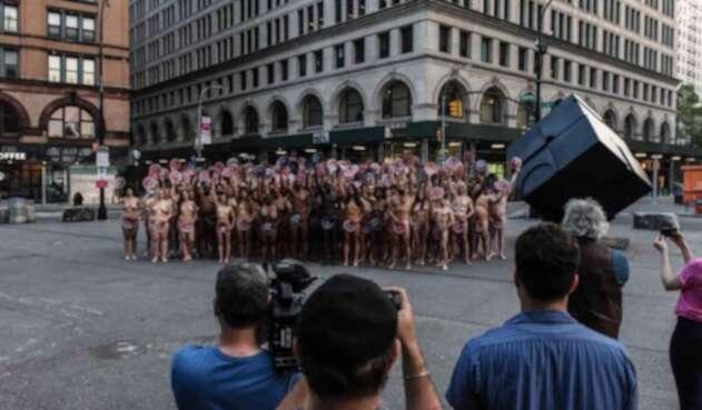 La protesta fue organizada por el artista Spencer Tunick