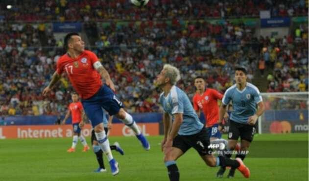 Gary Medel con la selección chilena en partido contra Uruguay