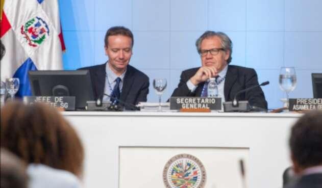 Gonzalo Koncke, jefe de gabinete del secretario general de la OEA, junto a Luis Almagro, secretario general de la OEA, en Santo Domingo (República Dominicana), el 15 de junio de 2016