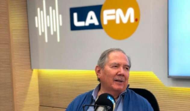 Guillermo Botero, ministro de Defensa, en la mesa de trabajo de LA FM