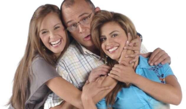 Jota Mario Valencia junto a Laura Acuña y Jessica Cediel