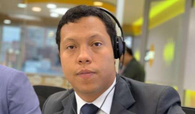 Jorge Colmenares, hermano de Luis Andrés Colmenares, en la mesa de trabajo de LA FM