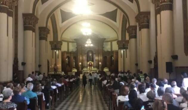 A la misa de Jota Mario Valencia en El Poblado en Medellín, llegaron varios de sus seguidores.