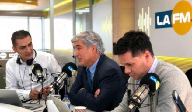 William Calderón, Juan Pablo Uribe y Luis Carlos Vélez en la mesa de trabajo de LA FM