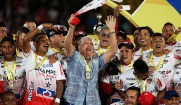 Julio Comesaña celebrando con Atlético Júnior el novelo título, logrado en el Estadio El Campín, en Bogotá