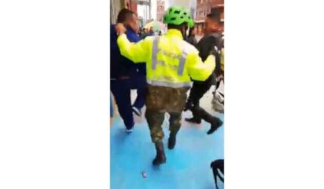 A un ladrón de bicicletas lo salvó un militar de ser linchado en pleno centro de Bogotá.