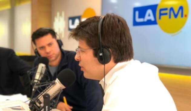 Miguel Uribe Turbay, candidato a la Alcaldía de Bogotá, entrevistado por Luis Carlos Vélez, director del noticiero de LA FM
