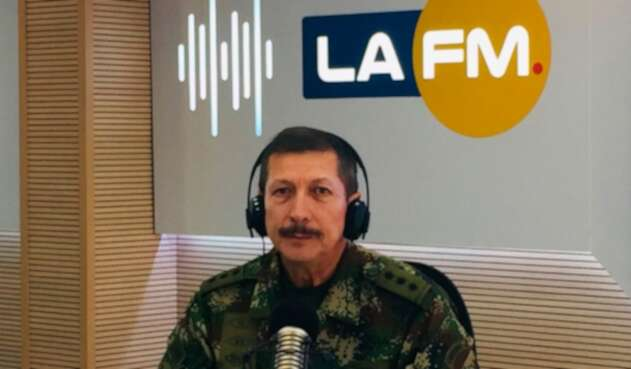 El general Nicacio Martínez, comandante del Ejército, en la mesa de trabajo de LA FM
