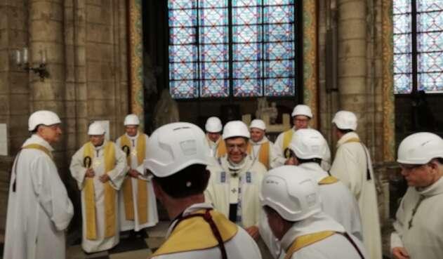 Sacerdotes oficiando misa en la Catedral de Notre Dame, en París