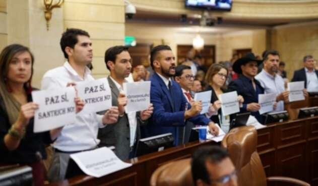 Así fue la protesta de la Alianza Verde contra la presencia de Jesús Santrich en la Cámara.