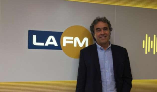 Sergio Fajardo, ex candidato presidencial, en la cabina de LA FM, en Bogotá