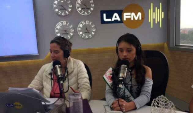 Cristina Plazas, integrante de la mesa de trabajo de LA FM, junto a Sofía Guzmán Agudelo, reina colombiana