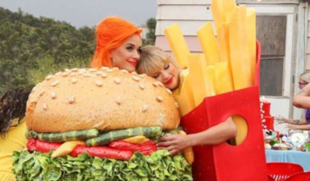 La cantante estrenó un videoclip bastante colorido.