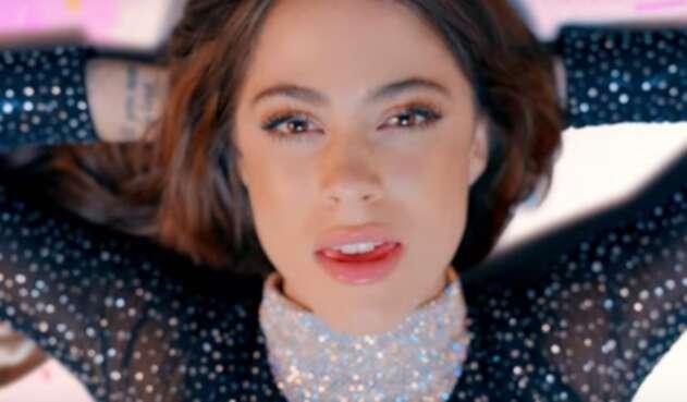 La cantante representa esta canción en un contexto diverso de colores, soledad y libertad.