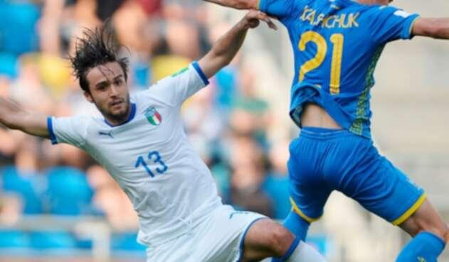 Ucranianos e italianos durante la disputa de la semifinal del Mundial Sub 20
