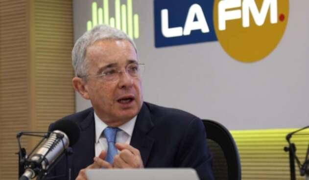 El expresidente Álvaro Uribe en la mesa de trabajo de LA FM