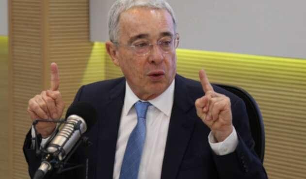 El expresidente Álvaro Uribe en la mesa de trabajo de LA FM, en Bogotá