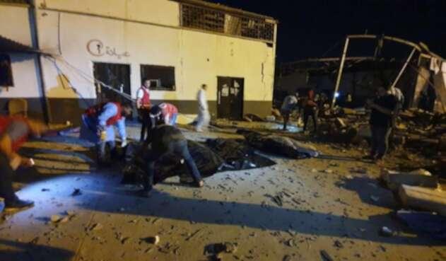 Un bombardeo causa al menos 40 muertos en un centro de detención de migrantes en Trípoli.