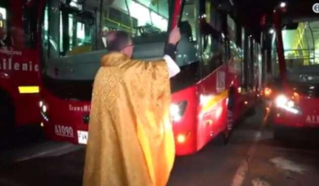 'Bendicen' los nuevos buses de Transmilenio, en Bogotá