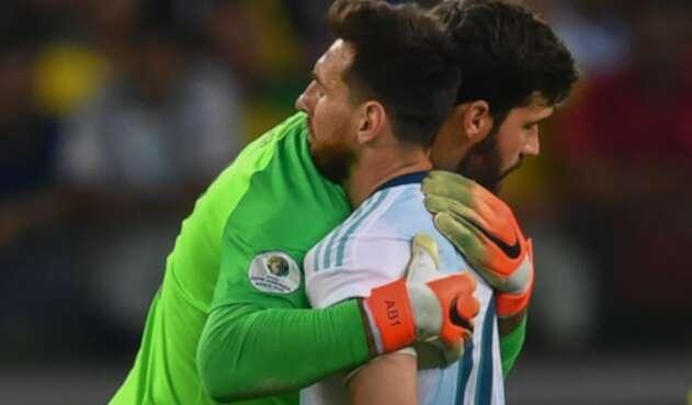 Alisson Becker y Lionel Messi al término del Brasil vs Argentina, por Copa América, en Belo Horizonte (Brasil)