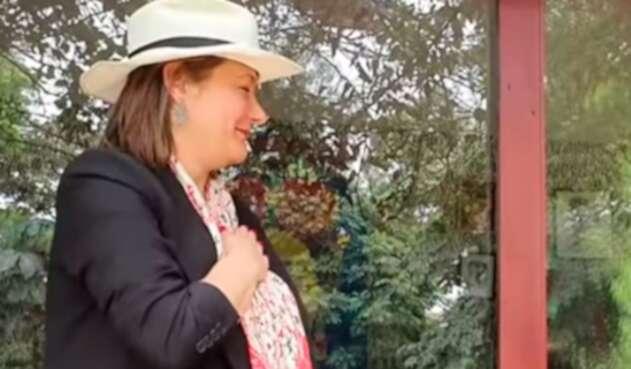 Ángela Garzón imitando al expresidente Álvaro Uribe
