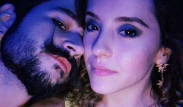 Camilo compartió un gracioso video de su novia lanzándose a una piscina con un flotador en forma de unicornio.
