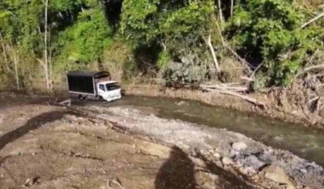 Camión pasando por encima de la quebrada Tabacal en Murca - La Palma.