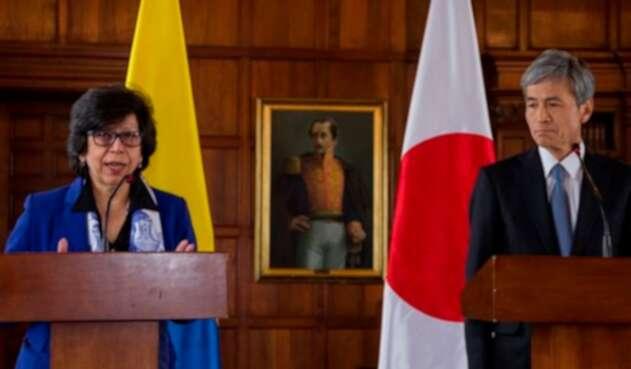 Luz Stella Jara, ministra de Relaciones Exteriores encargada, y Keiichiro Morishita, embajador de Japón en Colombia