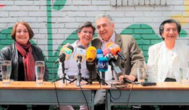 Claudia López y Lucho Garzón ofreciendo una rueda de prensa en Bogotá
