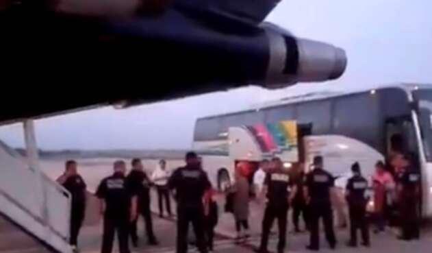 México deporta a migrantes hondureños.
