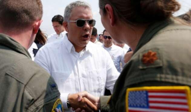 El presidente Iván Duque saludando a militares estadounidenses el 22 de febrero de 2019 en Cúcuta
