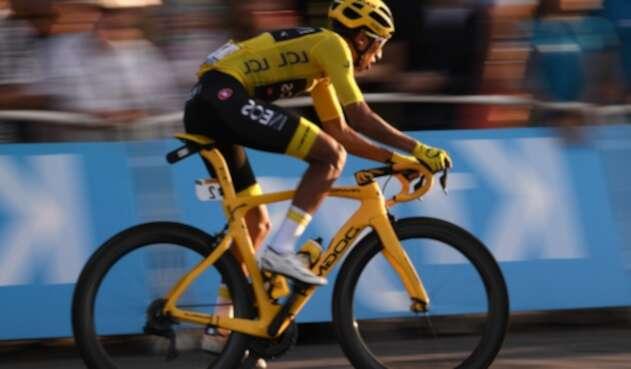 Egan Bernal, campeón del Tour de Francia, rodando por París