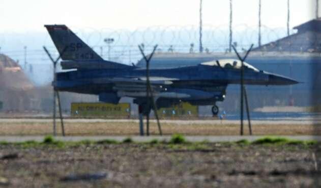 Un avión F16 de la Fuerza Aérea de los Estados Unidos en la Base Aérea de Aviano, en Italia