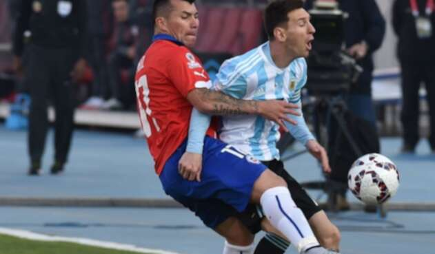 Gary Medel y Lionel Messi