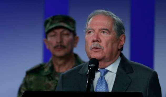 Guillermo Botero, ministro de Defensa; al fondo el general Nicacio Martínez, comandante del Ejército