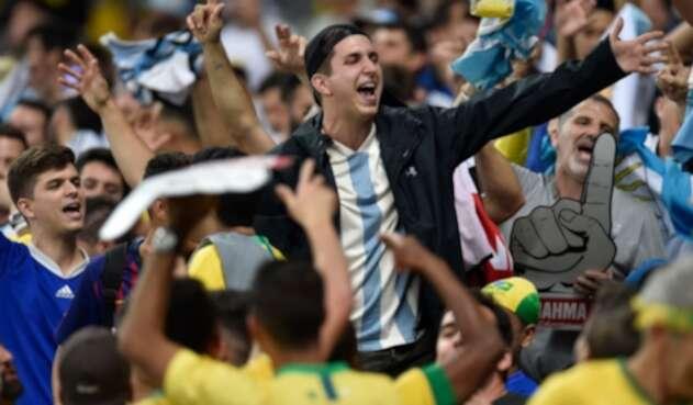 Hinchas de Argentina provocan a los brasileños
