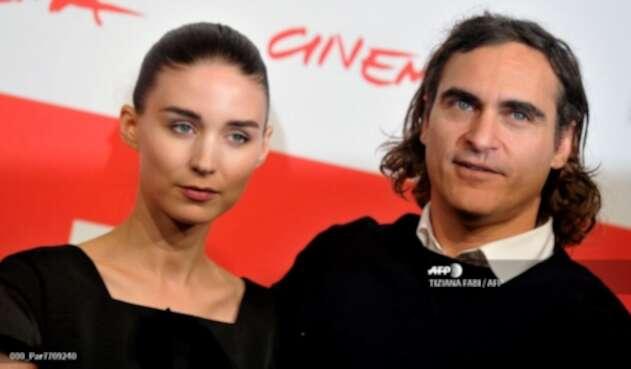 Joaquin Phoenix y Rooney Mara se comprometen
