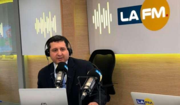 José Andrés Romero Tarazona, exdirector general de la DIAN, en la mesa de trabajo de LA FM