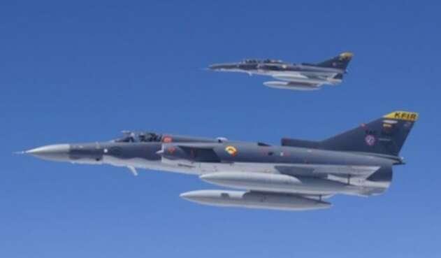 Dos aviones Kfir de la Fuerza Aérea Colombiana (FAC) sobrevolando Bogotá