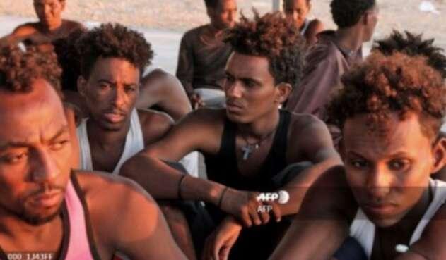 Migrantes libios recatados tras naufragio
