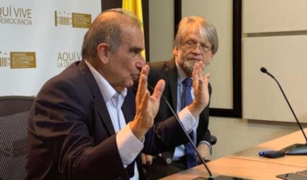 Antanas Mockus (fondo) y su abogado, Humberto de la Calle.