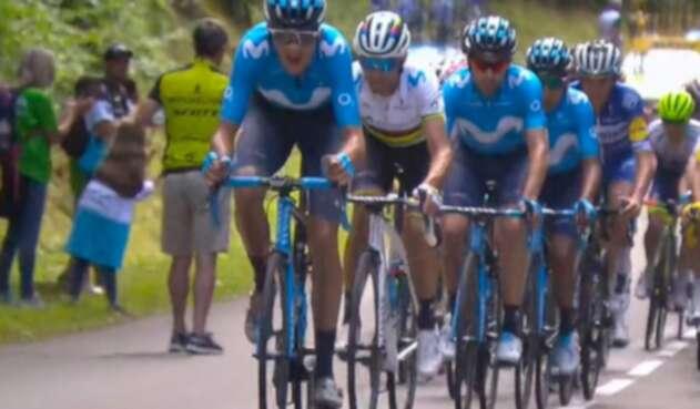 Nairo Quintana, arropado por su grupo, en la sexta etapa del Tour de Francia