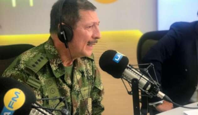 El general Nicacio Martínez, comandante del Ejército, en la mesa de trabajo de LA FM, en Bogotá